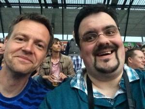 Michael und Björn freuen sich auf das Konzert von Black Sabbath. Björn, noch nicht Selfie-erpropt, muss noch lernen, direkt in die Handy-Kamera zu schauen ;-). Foto: Björn Othlinghaus