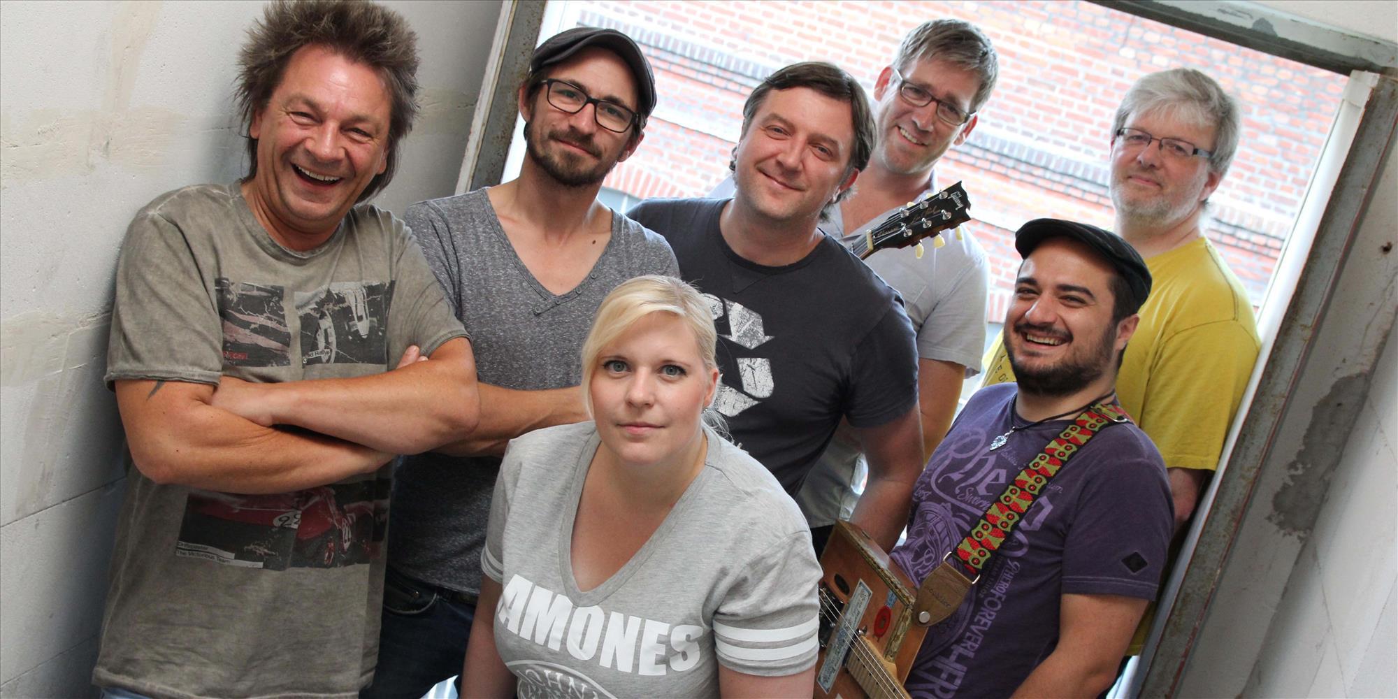 Vor ihrem großen Auftritt laufen die Proben der John Porno Band mit den Gastmusikern auf Hochtouren. Foto: Björn Othlinghaus