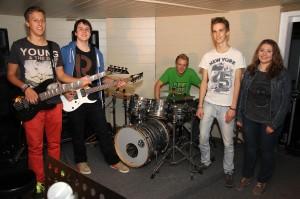 """Die Musikerinnen und Musiker von """"Other Side"""" im Probenraum der Music Store Musikschule. (Foto: Björn Othlinghaus)"""