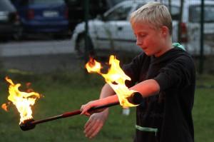 Wer bei der Feuershow mitmachen wollte, musste vorher kräftig üben. (Foto: Björn Othlinghaus)