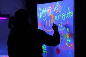 Die Jugendlichen konnten tolle Bilder mit lumineszierenden Farben herstellen. (Foto: Björn Othlinghaus)