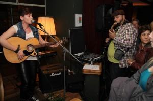 """Die Gitarristin und Sängerin Athanasia Siskou trat bei der Jam-Session im Anschluss an das Konzert von """"FunKtastic"""" auf. (Foto: Björn Othlinghaus)"""