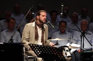 Klaus Sonnabend von der Band der Music Store Musikschule überzeugte als Sänger und Schlagzeuger. (Foto: Björn Othlinghaus)