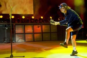 Gitarrist Angus Young mit seinem charakteristischen, vom Musiker Little Richard inspirierten Stechschritt. (Foto: C. Tayler Crothers)