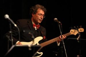 Stefan Weippert, Leiter des Lüdenscheider Kulturhauses, spielte an diesem Nachmittag Bass und Kontrabass. (Foto: Björn Othlinghaus)
