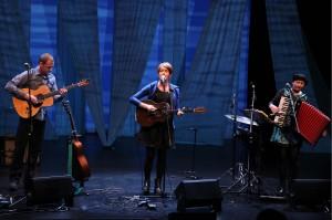 Karine Polwart sowie ihre musikalischen Mitstreiter Steven Polwart (Gitarren und Gesang) und Inge Thomson (Akkordeon, Percussion, Loops und Gesang) boten ein stimmungsvolles Konzert. (Foto: Björn Othlinghaus)