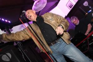 """Udo Golombek, Sänger bei """"Catfish Boobie"""", zeigte sich beim Konzert gut gelaunt, überlies bei dem Song """"Radar Love"""" aber auch mal Bassist Michael Pohlack das Gesangsmikro. (Foto: Björn Othlinghaus)"""
