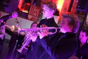 """Die Brüder Dominic und Nicolas Leitgeb sorgen bei der Formation """"I-Jazz"""" für die Trompetenklänge. (Foto: Björn Othlinghaus)"""