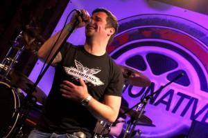 Sänger Carsten Schumacher hatte beim ersten öffentlichen Konzert die Fans im Griff. (Foto: Björn Othlinghaus)