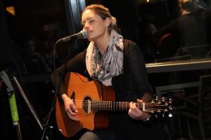 """Gast-Musikerin Melina Fuhrmann hatte ihren gelungenen, selbst geschriebenen Song """"Lass uns schweben"""" mitgebracht. (Foto: Björn Othlinghaus)"""