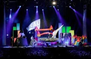 """Die in knallige Neonfarben getauchten Bühnenshows von """"Deichkind"""" sind legendär. (Foto: Henning Besser)"""