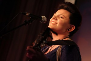 Die 19-jährige Singer-Songwriterin Nancy Siskou überzeugte mit selbst geschriebenen Songs. (Foto: Björn Othlinghaus)