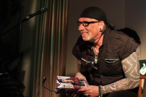 Von wegen Anzug und Krawatte: Der Heavy-Metal-Coach ist Rocker durch und durch. (Foto: Björn Othlinghaus)
