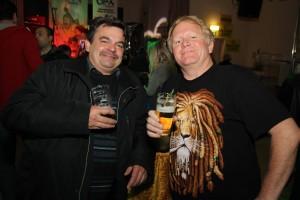 Nicht nur bei Dahlmann schmeckte den zahlreichen Tanz-in-den-Mai-Besuchern das Bier. (Foto: Björn Othlinghaus)