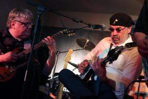 "Guido Vogt (Slide Guitar) und Horst Krebs (Gitarre, Gesang) von der Vorgruppe ""Axolotl"". (Foto: Björn Othlinghaus)"