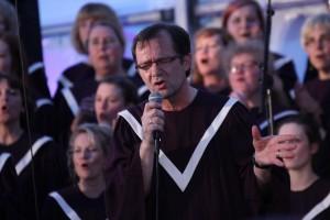 "Der Musiker Hans-Werner Scharnowski leitet den Chor ""Living Gospel"". (Foto: Björn Othlinghaus)"