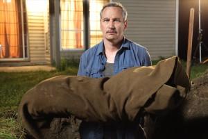 Ambrose muss seinen treuen Hund begraben, den er nach dessen tapferem Kampf mit dem Werwolf von seinem Leid erlösen musste. (Foto: OFDb Filmworks)