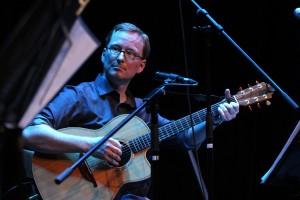 Markus Scheidtweiler spielt bei Portmeirion verschiedene Saiteninstrumente. (Foto: Björn Othlinghaus)