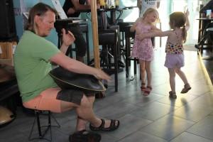 Zur meditativen Musik von Rolf Mönnighoff konnte man durchaus auch ein Tänzchen wagen. (Foto: Björn Othlinghaus)