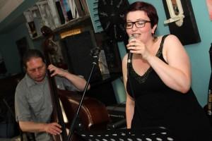 Max Jalaly (Krontrabass) und Julia Späinghaus (Gesang) sorgten für ein minimalistisches, aber hörenswertes Konzerterlebnis. (Foto: Björn Othlinghaus)