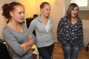 Die drei Sängerinnen Celine Grossmann, Jacky Mertens und Louisa Sellig schrieben mit Unterstützung von Klaus Sonnabend den deutschen Text des Songs. (Foto: Björn Othlinghaus)