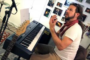 Der erfolgreiche Lüdenscheider Musiker Klaus Sonnabend zeigt, wie man systematisch einen Song entwickelt. (Foto: Björn Othlinghaus)