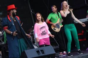 """Beim Support-Act """"Captain Dance"""" durften einige Zuschauer die Bühne entern. (Foto: Björn Othlinghaus)"""