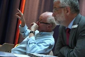 Rudolf Sparing (links), hier mit Thomas Meermann von der Sparkasse, führt Regie bei der Kleinkunstproduktion. (Foto: Björn Othlinghaus)