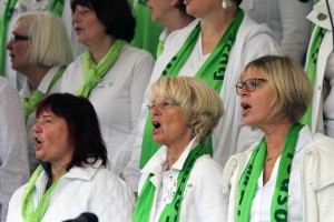 """Sängerinnen des gastgebenden Chores """"Risecorn"""" von der Evangelischen Kirchengemeinde Oberrahmede in Lüdenscheid. (Foto: Björn Othlinghaus)"""