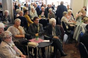 Das Publikum im ausverkauften Foyer der Schützenhalle lies sich von der Chor- und Jazzmusik gleichermaßen begeistern. (Foto: Björn Othlinghaus)