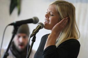 Sängerin Hannah Kramer überzeugte bei den Jazz-Parts mit der Band der Music Store Musikschule. (Foto: Björn Othlinghaus)