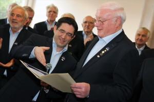 Im Rahmen des Konzertes zeichnete der Vorsitzende Sascha Benner (links) verdiente Sänger aus, darunter auch der Ehrenvorsitzende Horst Kerschenlohr (rechts). (Foto: Björn Othlinghaus)