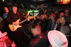 Zwischen die feierfreudige Gemeinde im Saloon passte kein Blatt Papier mehr. (Foto: Björn Othlinghaus)