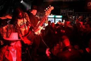 Die Duff Boyz aus Köln ließen im Saloon die Sau raus. Foto: Björn Othlinghaus