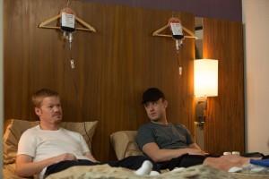 Floyd Landis (Jesse Plemons) und Lance Armstrong (Ben Foster) spritzen sich frisch. (Foto: Studiocanal)