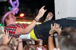 Manche Fans wurden an diesem Tag auf Händen getragen. (Foto: Björn Othlinghaus)