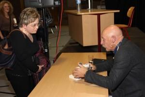 """Gerne signierte der Autor sein aktuelles Buch """"Knast"""". (Foto: Björn Othlinghaus)"""