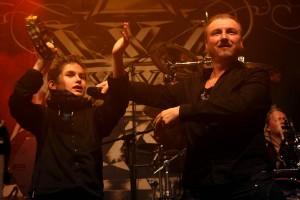 Axxis-Frontmann Bernhard Weiß holte Rock-Fan Tizian auf die Bühne. (Foto: Björn Othlinghaus)