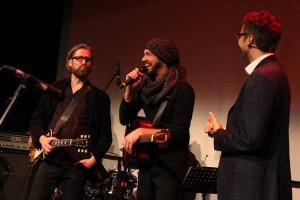 Markus Hartkopf (links) und Klaus Sonnabend (mitte) - Mitglieder im Organisationsteam und Musiker in der Local-Aid-Band. (Foto: Björn Othlinghaus)