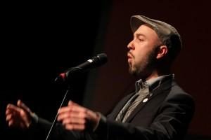 """Poetry-Slammer und Autor Marian Heuser trug seinen Text """"Er so, ich so"""" vor. (Foto: Björn Othlinghaus)"""
