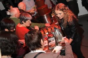 In der Pause kümmerte sich die Musikerin ausgiebig um ihre Fans. (Foto: Björn Othlinghaus)