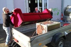 Wenn Horst Wackerbarth auf einen Fototermin fährt, ist die Rote Couch fast immer dabei. (Foto: Björn Othlinghaus)