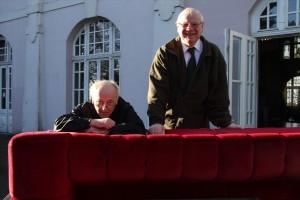 Das weltbekannte Möbelstück ist wieder abfahrbereit: Foto-Künstler Wackerbarth und Friedrich-Karl Schmidt, Vorsitzender der Bergstadt-Stiftung Lüdenscheider Schützenhalle. (Foto: Björn Othlinghaus)