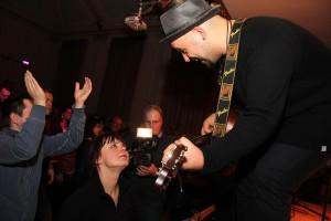 Erkan Besirlioglu vom Duo Breddermann auf Tuchfühlung mit den Fans. (Foto: Björn Othlinghaus)