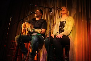 Nando Andreas (Gitarre, Gesang) und Melina Fuhrmann (Gesang) bilden das Duo HonigMut. (Foto: Björn Othlinghaus)