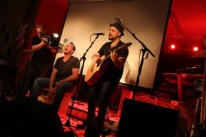 Das Duo Breddermann gab den Einheizer beim Queen-Kings-Konzert in der Gaststätte Dahlmann. (Foto: Björn Othlinghaus)