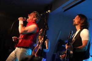 Mirko Bäumer von den Queen Kings interpretierte die Songs der Rock-Größen um Freddie Mercury wie immer enorm authentisch. (Foto: Björn Othlinghaus)