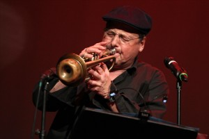 Thomas Wurth sorgte beim Caféhauskonzert als Trompeter, aber auch als Sänger für Furore. (Foto: Björn Othlinghaus)