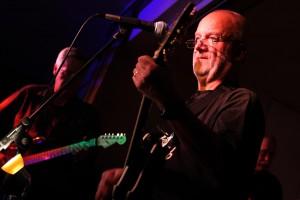 """Jochen Jandeck, Sänger und Gitarrist bei """"Two Much"""", lies sich von einer Erkältung nicht von seinem Auftritt abhalten. (Foto: Björn Othlinghaus)"""