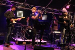 Nicolas Leitgeb (mit Trompete), seine Band iJazz sowie zahlreiche musikalische Gäste sorgten für eine stilvolle Einweihnung der neuen Außenbühne. (Foto: Björn Othlinghaus)